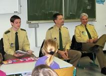 Vorlesestunde mit Polizeibeamten