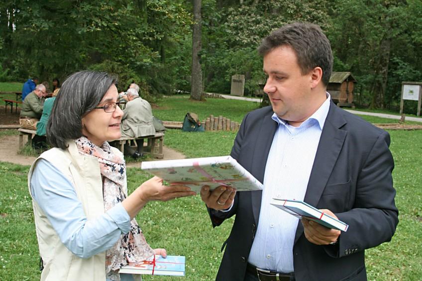 Die Vorsitzende der Lesefüchse Riccarda Boehm bedankt sich bei Herrn Schoen.