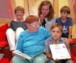 Enno von Brockdorff erhielt eine Urkunde für 100 Lesestempel von der Lesefuchs-Vorsitzenden Wulfhilt Müller. Gemeinsam mit ihren Kolleginnen Inge Fottner und Elisabeth Schneider liest sie in der Stadtbibliothek Isarvorstadt. Foto: hpm