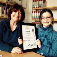 Die Teamleiterin und Vorleserin in der Stadtbibliothek Maxvorstadt, Heidrun Rettig, mit der kleinen Jubilarin Serafina. Foto: privat