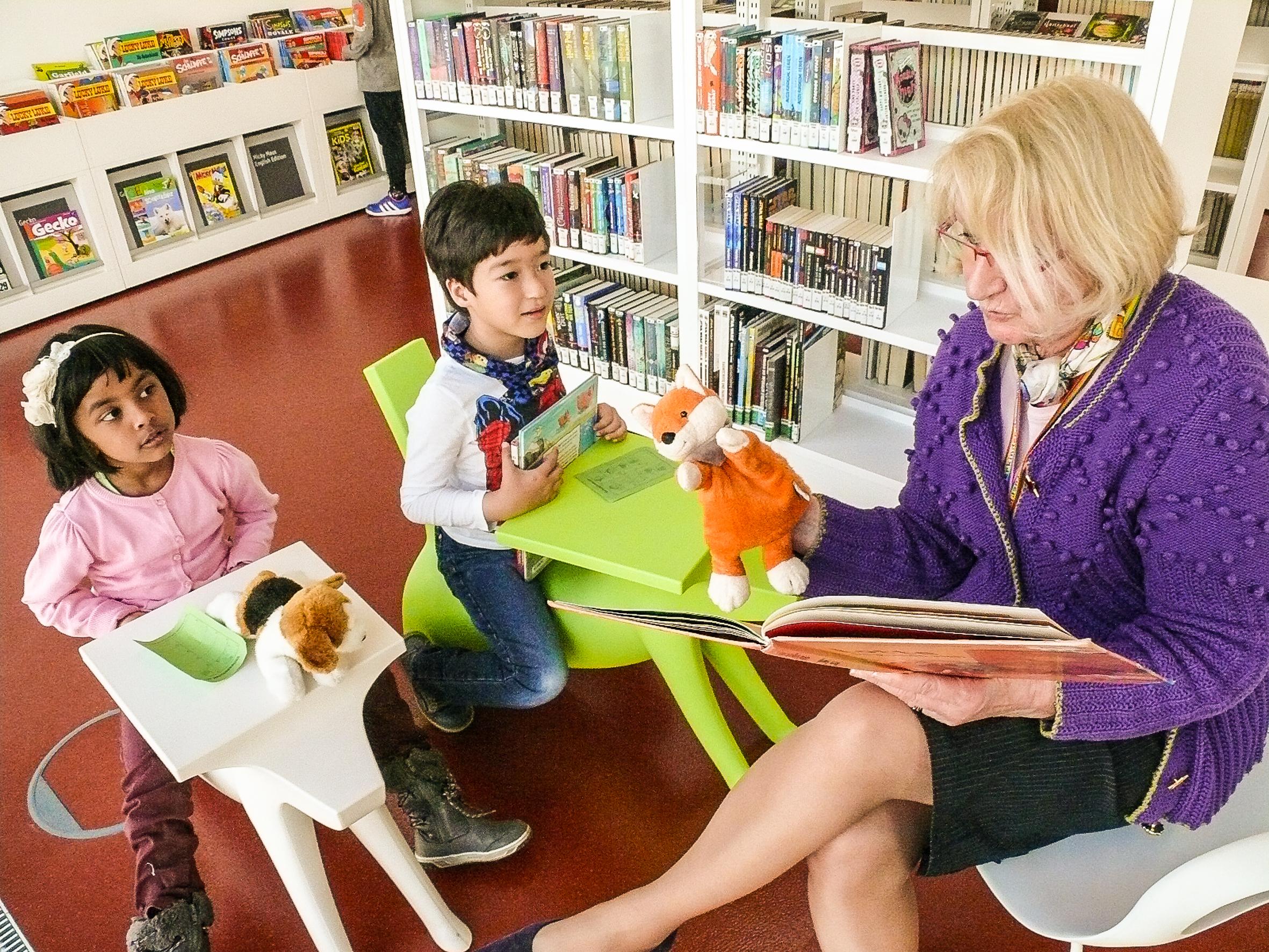 Auf den bunten Kinderstühlen macht das Zuhören gleich noch einmal so viel Spaß. Das meint auch Lesefuchs Heidrun Langer.
