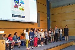Wo sonst im Bayerischen Rundfunk der Rundfunkrat tagt, durften die Kinder ihre Kalenderprojekte vorstellen. Foto: Schuhmann