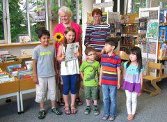 Adele Wolf und Helga Rieder mit ihrem kleinen Stammpublikum in der Laimer Stadtbibliothek. Fotos: privat